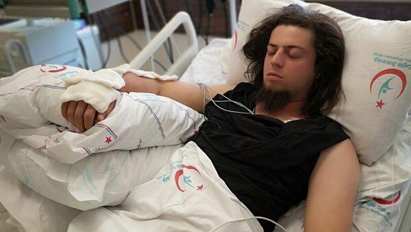 Kobra yılanı tarafından ısırılan Aref Ghafouri. - Sputnik Türkiye