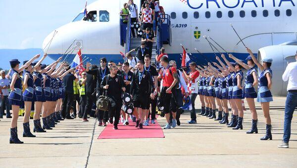 Hırvatistan Havayollarına ait özel uçakla Zagreb'deki Franjo Tudjman Havalimanı'na gelen milli takım kafilesine, Hırvatistan hava sahasına girdikleri andan itibaren Hava Kuvvetlerine ait uçaklar eşlik etti.  Milli takım kafilesi, havalimanındaki karşılama töreninin ardından üstü açık otobüsle merkezi kutlama töreninin yapılacağı Ban Jelacic Meydanı'na hareket etti - Sputnik Türkiye
