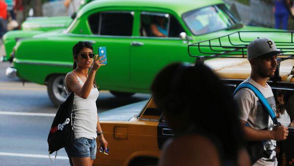 Küba'nın başkenti Havana'da cep telefonu kullanıcıları internet hizmetinden faydalanırken - Sputnik Türkiye