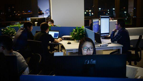 Çin'de geç saate kadar mesai yapan çalışanlar - Sputnik Türkiye