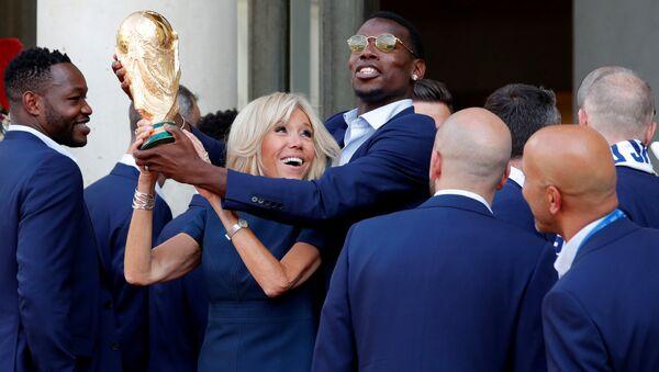 Fransa milli futbol takımı Dünya Kupası'nı Elysee Sarayı'na getirdi, davetin yıldızı Pogba first lady Brigitte Macron ile de şakalaştı (16 Temmuz 2018). - Sputnik Türkiye