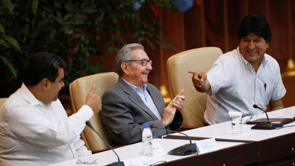 Küba'ın başkenti Havana'da yapılan 24. Sao Paulo Forumu'na katılan Venezüella Devlet Başkanı Nicolas Maduro,  Eski Küba Devlet Başkanı Raul Castro ve Bolviya Devlet Başkanı Evo Morales - Sputnik Türkiye