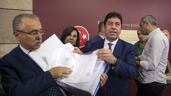 CHP'li Tüzün, delegelerin verdikleri imzaları basın mensuplarına gösterdi. - Sputnik Türkiye