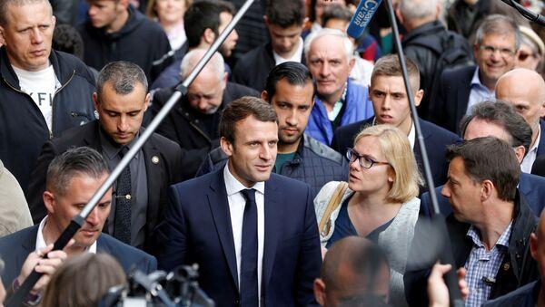 2017'deki kampanyası sırasında yaptığı bir gezi sırasında Cumhurbaşkanı Macron, güvenliğinden sorumlu olan Alexandre Benalla ile birlikteyken - Sputnik Türkiye