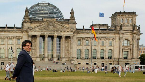 Eski Katalonya Başkanı Carles Puigdemont Berlin'de Bundestag'ın önünde - Sputnik Türkiye