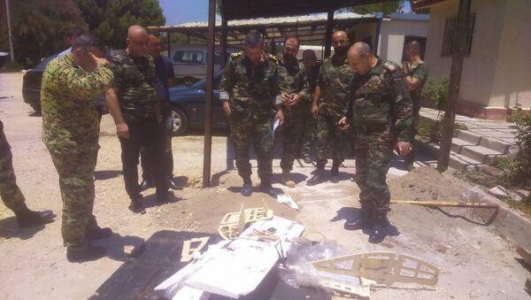 Syrian servicemen are seen near a downed drone - Sputnik Türkiye