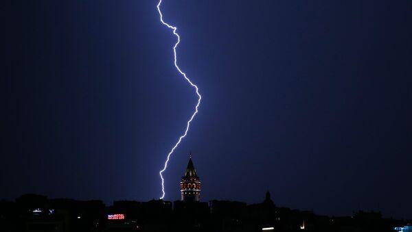 İstanbul'da birçok bölgede yağışla birlikte şimşekler gözleniyor - Sputnik Türkiye