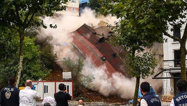 Beyoğlu Sütlüce'de zemininde toprak kayması oluşan bina çöktü. - Sputnik Türkiye