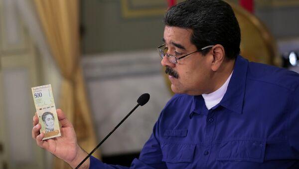 Venezüella Devlet Başkanı Maduro ülkenin yeni para birimi ' Egemen Bolivar'la poz verdi - Sputnik Türkiye