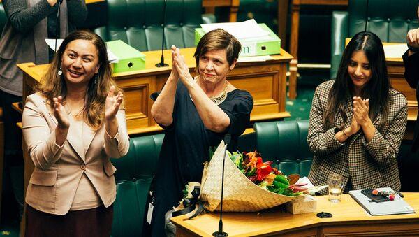 Yeni Zelanda Yeşiller Partisi milletvekilleri, ücretli ev içi şiddet izni yasasının kabulünü kutladı. - Sputnik Türkiye