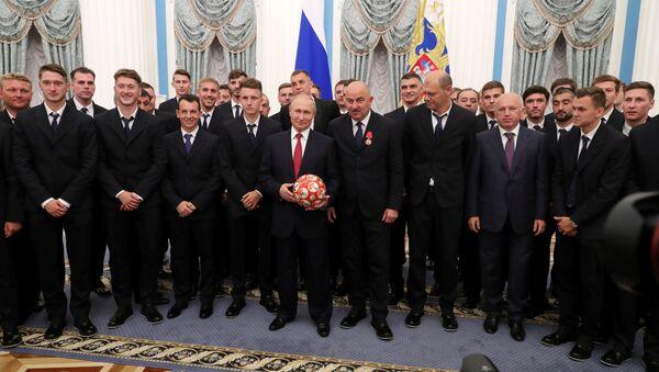 Putin, 2018 Dünya Kupası'nda çeyrek final oynayan Rusya milli futbol takımını Kremlin'de kabul etti. - Sputnik Türkiye