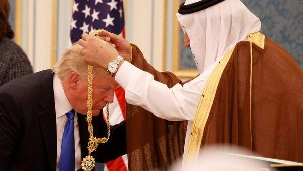Suudi Kralı Selman ABD Başkanı Donald Trump'a Abdülaziz el Suud Devlet Nişanı takarken  - Sputnik Türkiye