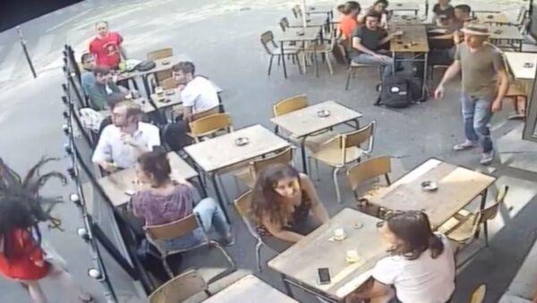 Paris'te sokak ortasında kadına şiddet - Sputnik Türkiye