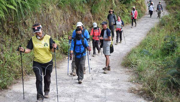 Rinjani Dağı'ndan inen Endonezyalı ve yabancı tırmanışçılar - Sputnik Türkiye