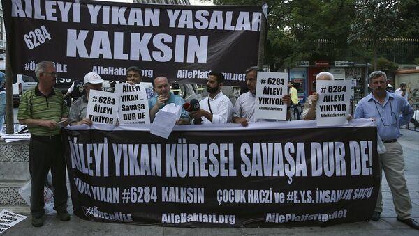 Aile Platformu üyeleri, boşanan erkekleri mağdur ettiklerini öne sürdükleri yasayı Galatasaray Meydanı'nda protesto etti. - Sputnik Türkiye