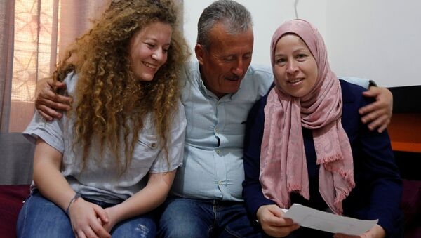 Ahed Tamimi anne ve babasıyla - Sputnik Türkiye