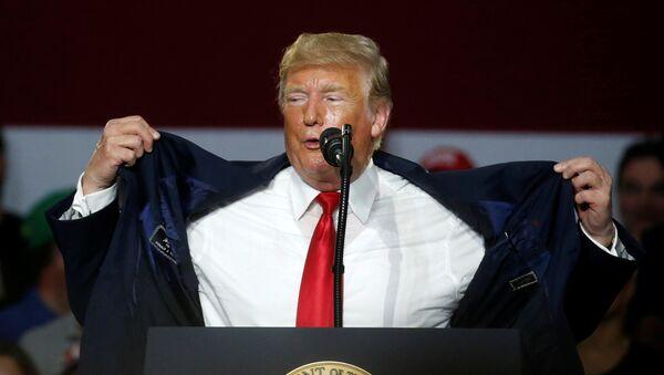 Donald Trump, Ohio'daki 'Amerika'yı yeniden muhteşem yap' mitinginde sıcaktan yakınırken - Sputnik Türkiye