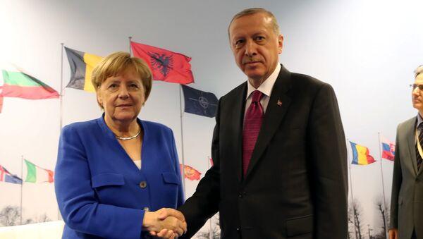 Temmuz 2018 NATO liderler zirvesinde Merkel-Erdoğan görüşmesi - Sputnik Türkiye