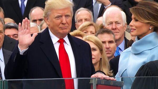 Eşi Melania'nın eşlik ettiği Donald Trump, kendisine ve Abraham Lincoln'a ait iki İncil'e el basarak başkanlık yemini ederken - Sputnik Türkiye