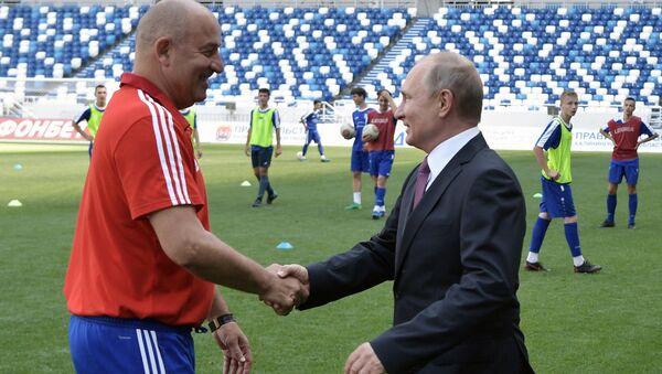 Rusya Milli Takımı'nın Teknik Direktörü Stanislav Çerçesov ve Rusya Devlet Başkanı Vladimir Putin - Sputnik Türkiye