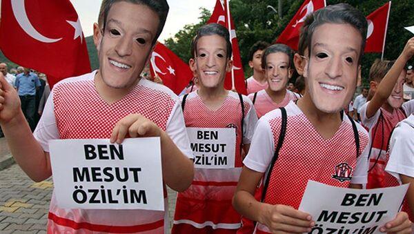 Mesut Özil maskeleriyle yürüdüler - Sputnik Türkiye