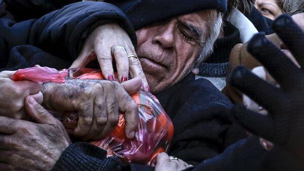 Ocak 2016'da Atina'da çiftçilerin Yunan hükümetinin emeklilik reformunu protesto için bedava dağıttığı mandalinalar kapışılırken izdiham yaşanmıştı. - Sputnik Türkiye