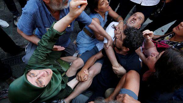Cumartesi Anneleri 700. hafta eyleminde Arat Dink'in (sağda siyah tişörtlü) gözaltına alınmasını engelleme çabası - Sputnik Türkiye
