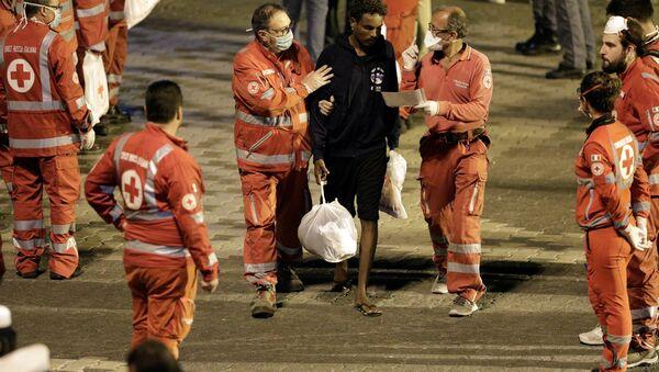 Diciotti gemisinden inen bir göçmen Catania limanında - Sputnik Türkiye