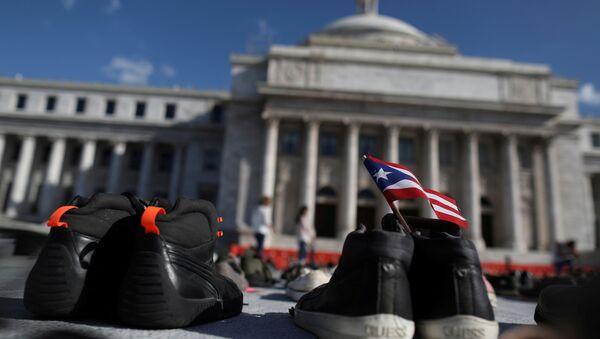 Porto Riko'nun başkenti San Juan'da  Maria Kasırgası'nda ölenleri anmak için hükümet binası önüne konulan ayakkabılar - Sputnik Türkiye