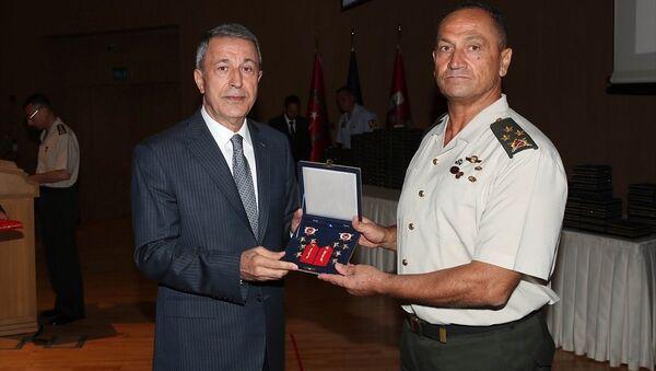 Akar, Yüksek Askeri Şura kararları kapsamında orgeneralliğe terfi eden 2. Ordu Komutanı Korgeneral Metin Temel'in rütbe işaretlerini verdi. - Sputnik Türkiye