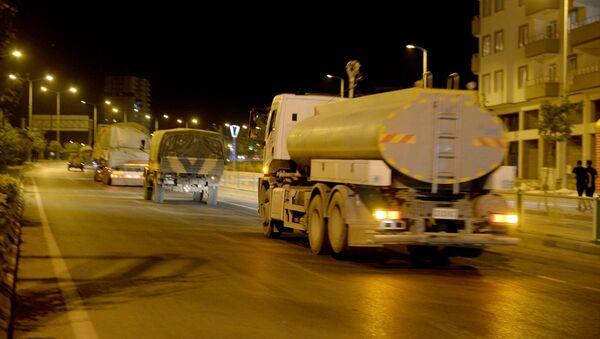 Suriye'deki birliklere takviye amacıyla gönderilen askeri konvoy Kilis'e ulaştı. Kent merkezinden geçen konvoy, Hatay istikametine doğru hareket etti. - Sputnik Türkiye