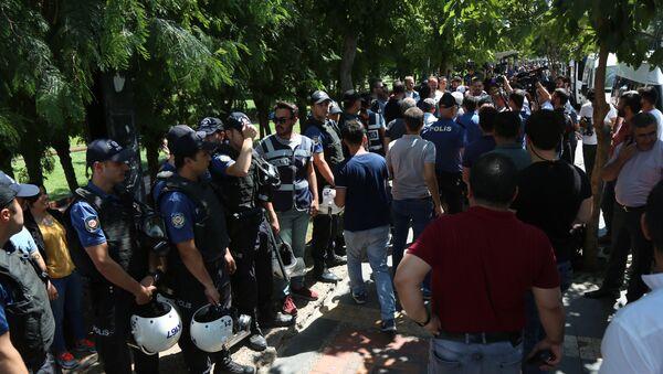 Polis ile HDP'li vekil arasında 'Seni tanımıyorum' tartışması - Sputnik Türkiye