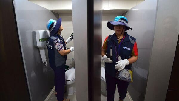 Güney Kore'nin başkenti Seul'deki umumi tuvaletlerde gizli kamera araması - Sputnik Türkiye