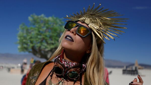 Pili Montilla wears a headdress as approximately 70,000 people from all over the world gathered for the annual Burning Man arts and music festival in the Black Rock Desert of Nevada, U.S. August 29, 2017 - Sputnik Türkiye