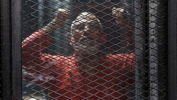 Tora'da kafes arkasından bağıran İhvan Rehberlik Konseyi Başkanı Muhammed Bedii - Sputnik Türkiye