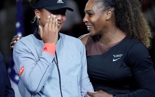 ABD Açık'ın tek kadınlar finalinde şampiyon olan Naomi Osaka rakibi Amerikalı Serena Williams ile birlikte - Sputnik Türkiye