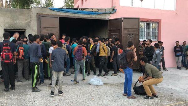 Bir evde 244 göçmen bulundu - Sputnik Türkiye