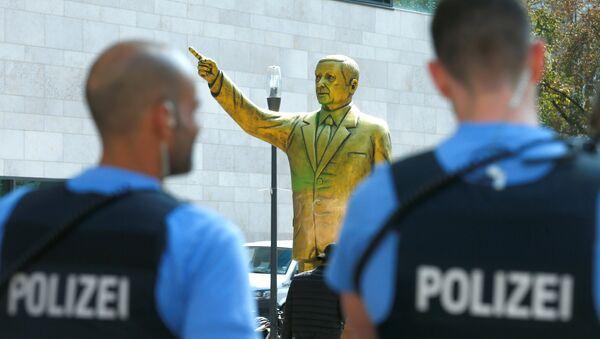 Almanya'nın Wiesbaden kentinde geçen ay bienal için dikilen Erdoğan heykeli güvenlik gerekçesiyle 24 saat içinde kaldırılmıştı. - Sputnik Türkiye