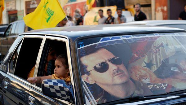 Lübnan ve Suriye'de Şiilerin cihatçılara karşı zafer kutlamalarında Hizbullah bayrakları ve Esad posterleri iç içe - Sputnik Türkiye