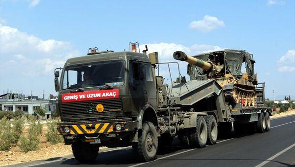 Türk Silahlı Kuvvetleri (TSK) tarafından Suriye sınırındaki birliklere takviye amaçlı gönderilen obüs, zırhlı personel taşıyıcı, tank ve komando birlikleri Hatay'a ulaştı. - Sputnik Türkiye