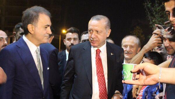 Türkiye Cumhurbaşkanı Recep Tayyip Erdoğan, Zeytinburnu sahilinde piknik yapan vatandaşlarla bir araya gelerek, yaklaşık 45 dakika sohbet etti. - Sputnik Türkiye