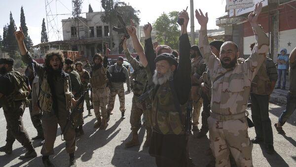 Kaide kolu Nusra militanlarının 2015'te İdlib'in Eriha bölgesini ele geçirdiklerindeki zafer gösterisi - Sputnik Türkiye