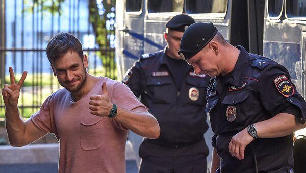 Verzilov, temmuzda Dünya Kupası finalindeki eylemi ve eylülde izinsiz protesto gösterilerine katılımı nedeniyle kısa süreli gözaltına alınmıştı. - Sputnik Türkiye