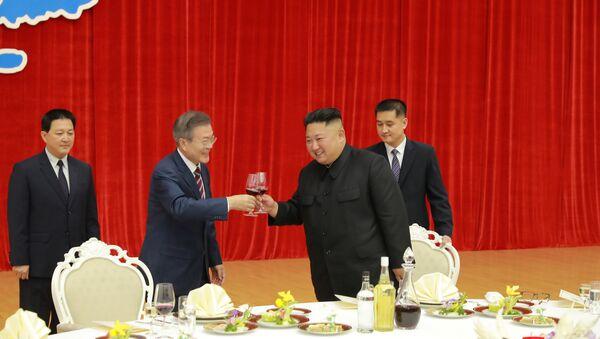 Kuzey ve Güney Kore liderinden 'barış çabalarını sürdürme' sözü - Sputnik Türkiye