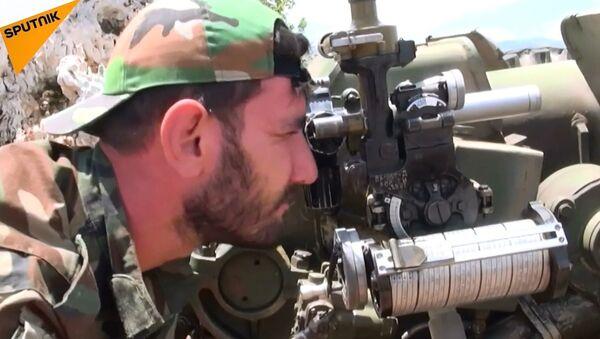 Suriye topçu birlikleri, Lazkiye'deki teröristlerin mevzilerini vurdu - Sputnik Türkiye