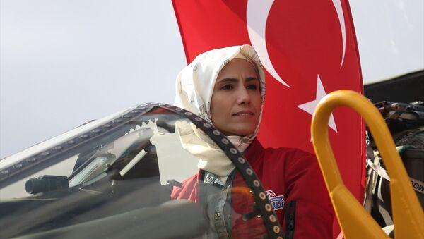Sümeyye Erdoğan Bayraktar, TEKNOFEST etkinlik alanını gezerek Phantom 4 uçağına bindi. - Sputnik Türkiye