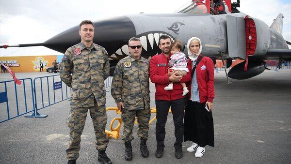T3 Vakfı Mütevelli Heyeti Başkanı Selçuk Bayraktar ile Sümeyye Erdoğan Bayraktar, TEKNOFEST etkinlik alanını gezdi. - Sputnik Türkiye