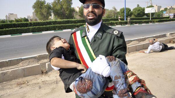 İran'ın Ahvaz kentinde askeri geçit törenine saldırı kadınlarla çocukları da vururken, hedefteki Devrim Muhafızları yaralı sivillere yardım etti. - Sputnik Türkiye