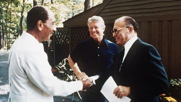 Camp David görüşmelerinde Enver Sedat, Jimmy Carter, Menahem Begin - Sputnik Türkiye