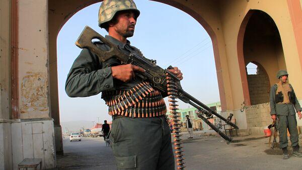 Afganistan'ın Gazni kentindeki bir kontrol noktasında görevli Afgan polisi - Sputnik Türkiye